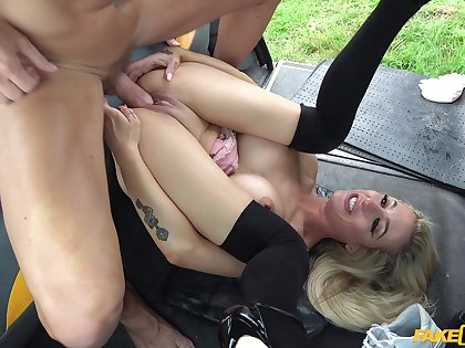 Tattooed blonde spreads her legs to be fucked respecting the back of the taxi
